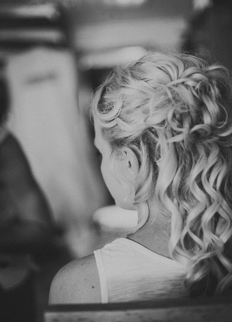 emelie fixar håret inför bröllopet